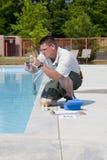 Prueba química de la piscina activa Foto de archivo libre de regalías