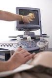 Prueba ultrasónica de la mujer embarazada Fotografía de archivo libre de regalías