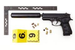 Pruebas de la arma de mano con el silenciador hecho a mano ilegal Fotos de archivo