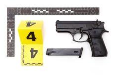 Pruebas de la arma de mano con la revista de la escena del crimen Fotografía de archivo libre de regalías