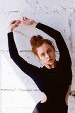Pruebas modelo Muchacha hermosa del pelirrojo con el pelo rizado Color natural Demuestra la flexibilidad para la yoga, aeróbicos  Fotos de archivo libres de regalías