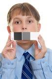 Pruebe el tiro con la ayuda fotográfica. Niño que sostiene una tarjeta del qp Foto de archivo libre de regalías