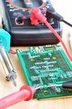 Pruebe el trabajo de reparación en placa de circuito impresa electrónica Imagen de archivo libre de regalías