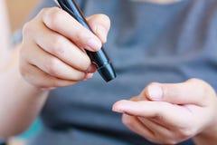 Pruebe la glucosa en sangre para la diabetes foto de archivo libre de regalías