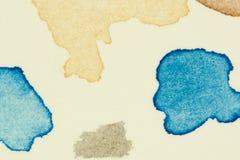 Pruebe los puntos vibrantes de la pintura de la acuarela en la hoja gruesa del papel de la acuarela, se fue como grupo de pequeño Fotos de archivo libres de regalías