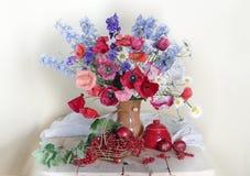 Prugna, uva passa e fiori della bacca sulla tavola fotografie stock