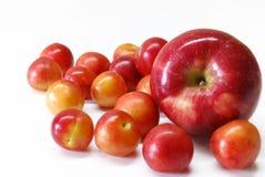 Prugne di ciliegia con la mela Fotografie Stock