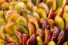 Prugne divise in due mature fresche Fotografie Stock