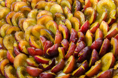 Prugne divise in due mature fresche Immagini Stock