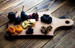 Prugne e noci dei mirtilli rossi dell'uva passa delle albicocche secche Immagine Stock Libera da Diritti