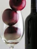 Prugne e vino   immagini stock