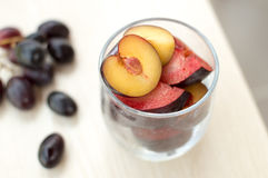 Prugne ed uva mature su una tavola Immagine Stock Libera da Diritti