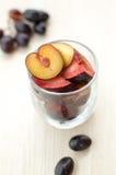Prugne ed uva mature su una tavola Immagini Stock Libere da Diritti