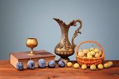 Prugne fresche in un canestro di vimini Fotografie Stock