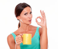 Pruilende donkerbruine vrouw met koffiemok Stock Foto