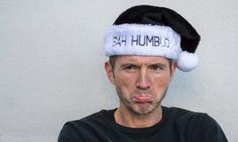 Pruilende Kaukasische mens in een zwart-witte hoed van Bah Humbug royalty-vrije stock foto