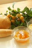 pruim marmelade en één of ander Frans broodje Stock Fotografie