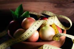 Pruimen en nectarines op kleiplaat met maatregelenband Stock Foto's