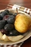 Pruimen en peren op een plaat Stock Afbeelding