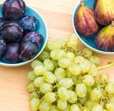 Pruimen, fig. en witte druiven Stock Afbeeldingen