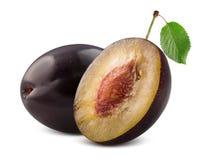 Prune avec la moitié de la prune d'isolement sur un fond blanc Photos stock