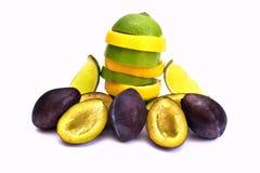 Prune, chaux et citrons coupés en tranches savoureux Photos libres de droits