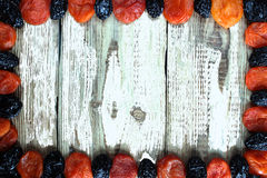 Prune d'abricot sec sur le fond en bois blanc Photo stock