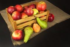 Prune et pommes sur la table en bois Autumn Fruits Récolte d'automne à la ferme Une alimentation saine pour des enfants Photo stock
