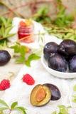 Prune fraîche, framboise, feuilles de raisin images libres de droits