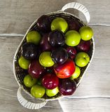 Prune japonaise et cerise rouges dans le panier, différentes prunes de couleurs dans le panier Photographie stock libre de droits