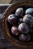 Prune Plums pourpre mûre organique Image stock