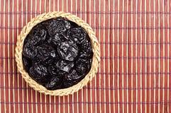 Prune sèche dans la cuvette en osier Photographie stock
