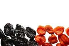 Prune sèche - pruneaux et abricot sec d'isolement sur un fond blanc avec l'espace de copie pour votre texte Déjeuner sain image libre de droits