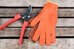 Pruner auf Gartenhandschuhen Lizenzfreie Stockbilder