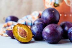 Prunes bleu-foncé sur un fond clair Photos libres de droits