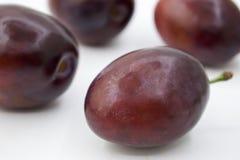 Prunes d'isolement Totalité et une moitié du fruit bleu de prune d'isolement sur le fond blanc, avec le chemin de coupure, Photo stock