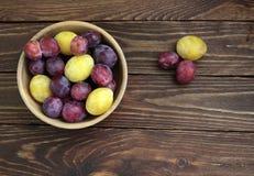 Prunes dans un plat sur la vieille table en bois Photographie stock