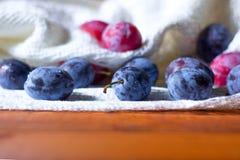 Prunes fraîches sur la table en bois Image stock
