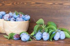 Prunes fraîches sur la table en bois Photographie stock libre de droits