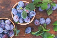 Prunes fraîches sur la table en bois Photo libre de droits