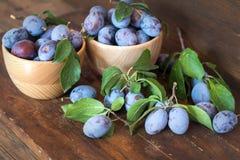Prunes fraîches sur la table en bois Photos libres de droits
