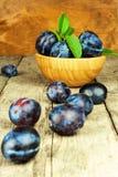 Prunes fraîches sur une table en bois Ventes de récolte de fruit de fruit frais Images libres de droits