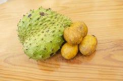 Prunes mûres jaunes de juin, et corossol hérisse mûr vert image stock