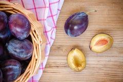 Prunes mûres organiques dans un panier Image libre de droits