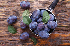 Prunes sur la table image stock