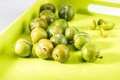 Prunes vertes délicieuses fraîches et claudias crus dans le panier en osier photo stock