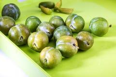 Prunes vertes délicieuses fraîches et claudias crus dans le panier en osier images stock