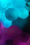 Pruple, olio blu di pendenza cade nell'acqua - fondo astratto fotografie stock libere da diritti