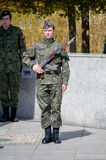 PRUSZCZ GDANSKI, POLEN - 3. Mai 2017: Soldat mit Gewehr der Kalaschnikow AKM und 6H4 Bayonet während der Feiern vom 3. Mai Consti Lizenzfreie Stockfotografie