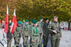 PRUSZCZ GDANSKI, POLEN - Maj 3, 2017: Den polska soldaten och spanar under berömmar av den Maj 3rd konstitutionen i Pruszcz Gdans Royaltyfri Fotografi